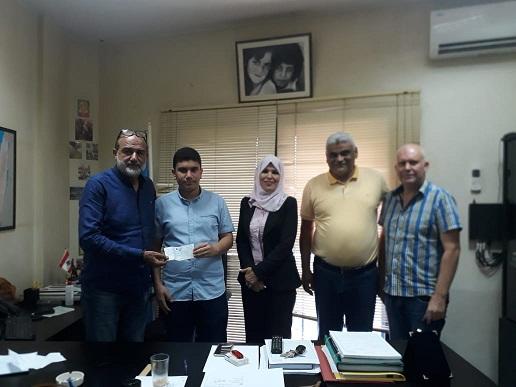 رجل الأعمال الفلسطينيّ محمود ضاهر يُكرمّ الطالب المُتفوّق إسماعيل عجاوي
