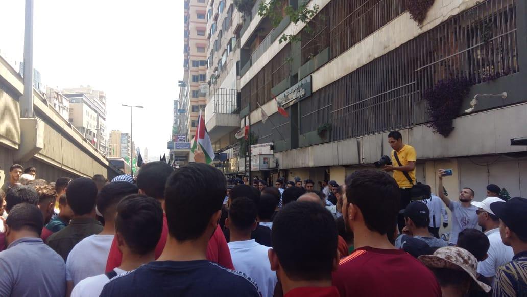 بالصور: تجمعات ومؤسسات شبابية فلسطينية يعتصمون أمام وزارة العمل للمطالبة بإقرار قوانين تنصف اللاجئ الفلسطيني