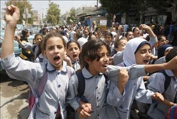 مسيرة طلابية في عين الحلوة تضامناً مع غزة